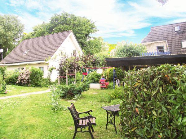 """Blick auf den Garten der Pension und Ferienwohnungen """"De Strandloeper"""" in Prerow"""